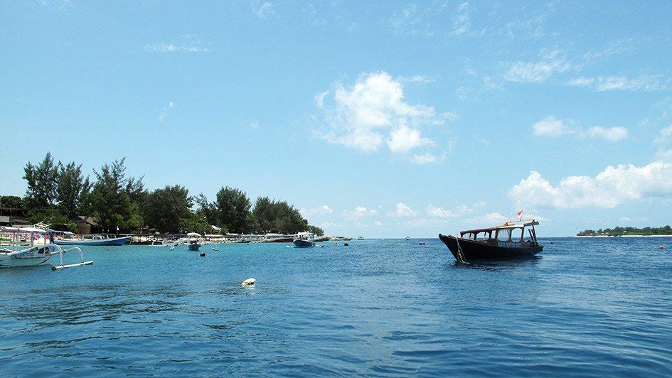 Meer mit Fischerbooten vor Gili Air, Indonesien