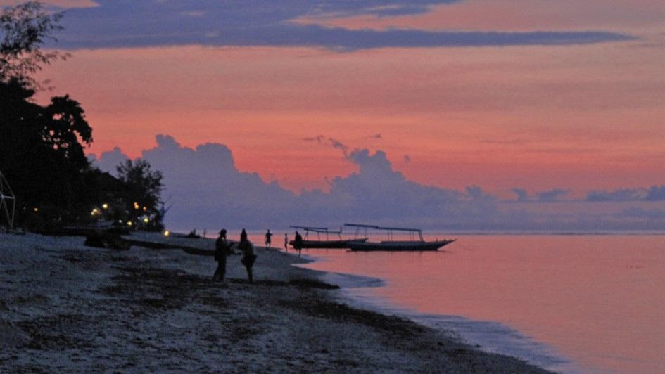 Sonnenuntergang am Strand von Gili Air, Indonesien