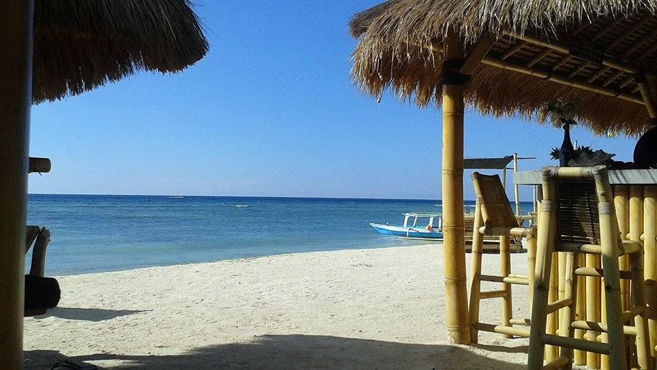 Meer, Strand und Strandbar auf Gili Air, Indonesien