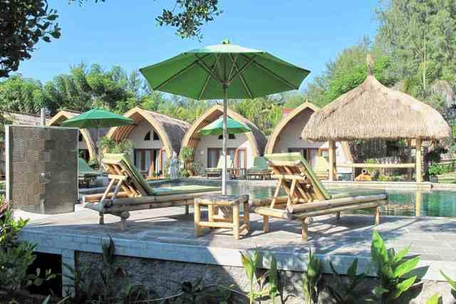 Bungalows und Liegen im Hotel Puri Air Beach Resort auf Gili Air, Indonesien