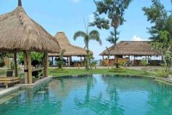 Blick auf Pool, Restaurant und Meer im Puri Air Beach Resort