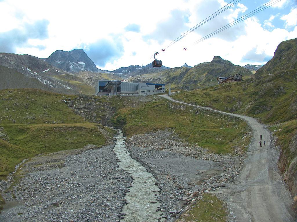 Seilbahn und Mittelstation am Stubaier Gletscher
