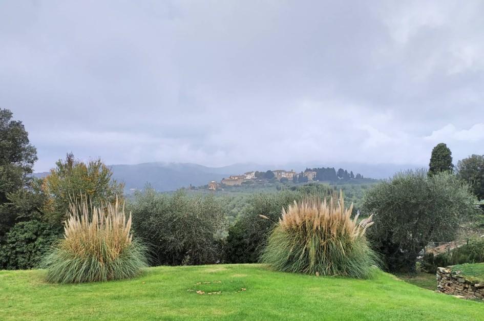 Blick auf das Dorf Artimino vom Hügel gegenüber