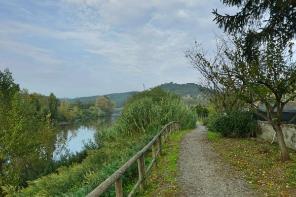 Weg entlang des Flusses Arno
