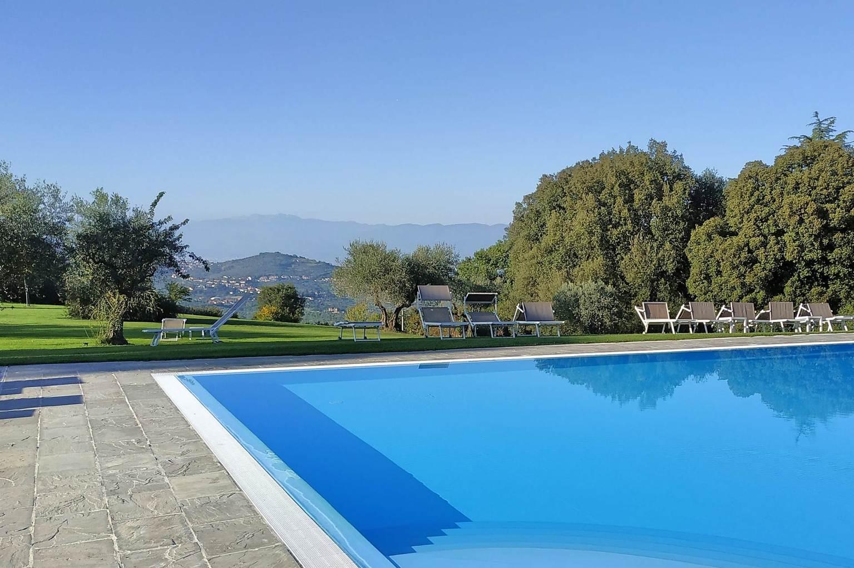 Der Pool des Hotels Paggeria Medicea mit fantastischem Ausblick nach Prato