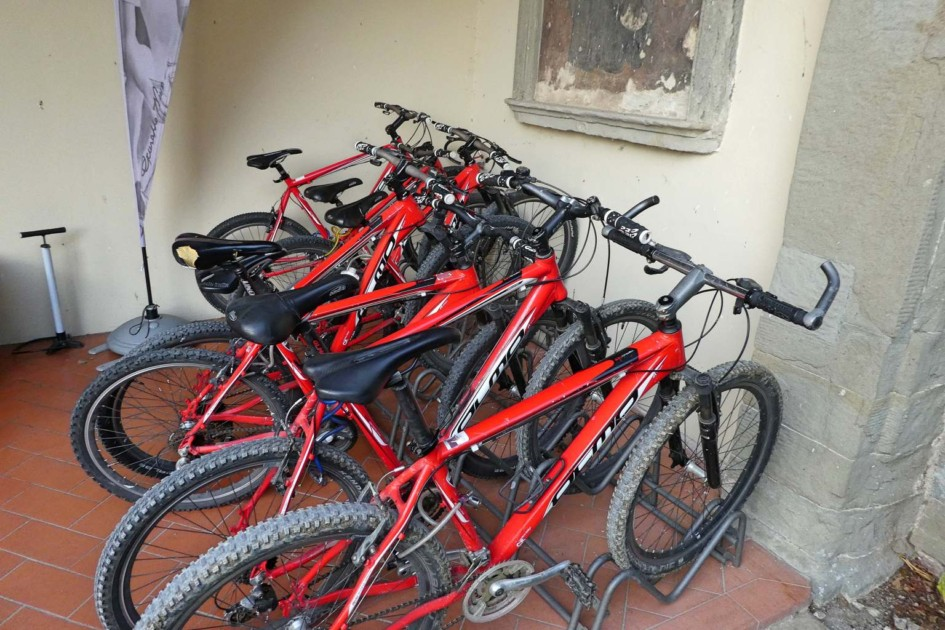 Rote Mountainbikes zum ausleihen im Hotel Paggeria Medicea in Artimino